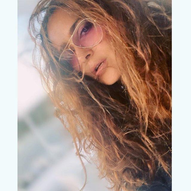 Сальма Хайек  в очках и распущенных волосах