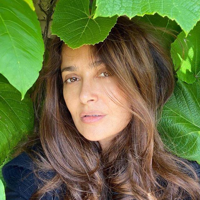 Сальма Хайек с распущенными волосами в зелени