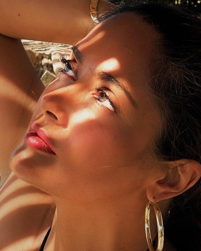 Сальма Хайек в тени с макияжем