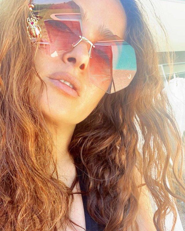 Сальма Хайек  в очках с распущенными волосами