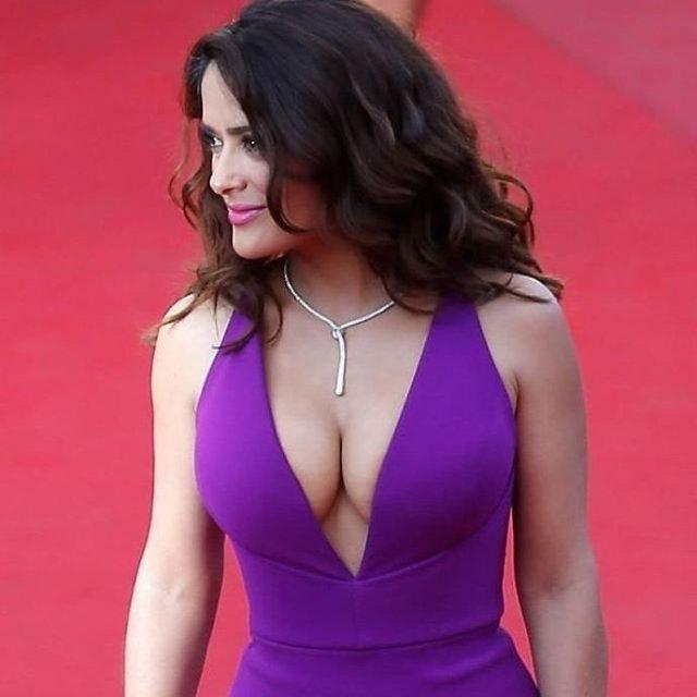Сальма Хайек в фиолетовом платье с глубоким декольте