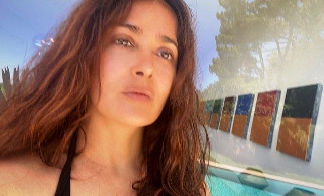 Сальма Хайек на пляже в купальнике