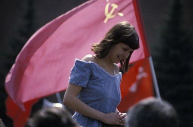 девушка с флагом ссср
