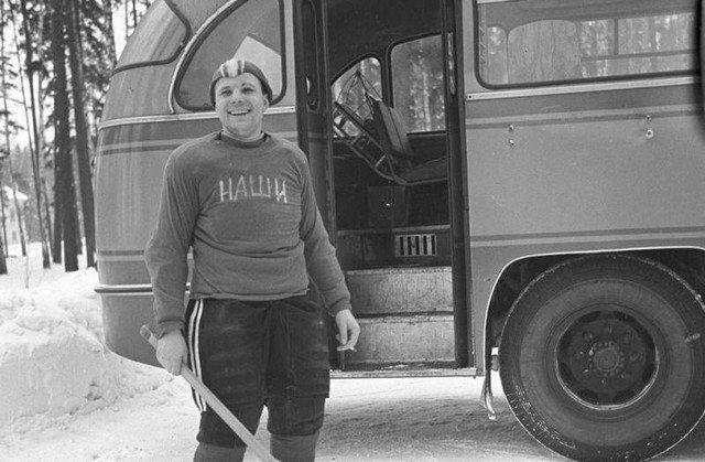 Капитан хоккейной команды космонавтов «Наши» Юрий Гагарин, 1963 год