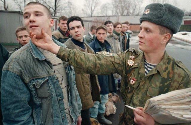 Сержант учит молодого призывника