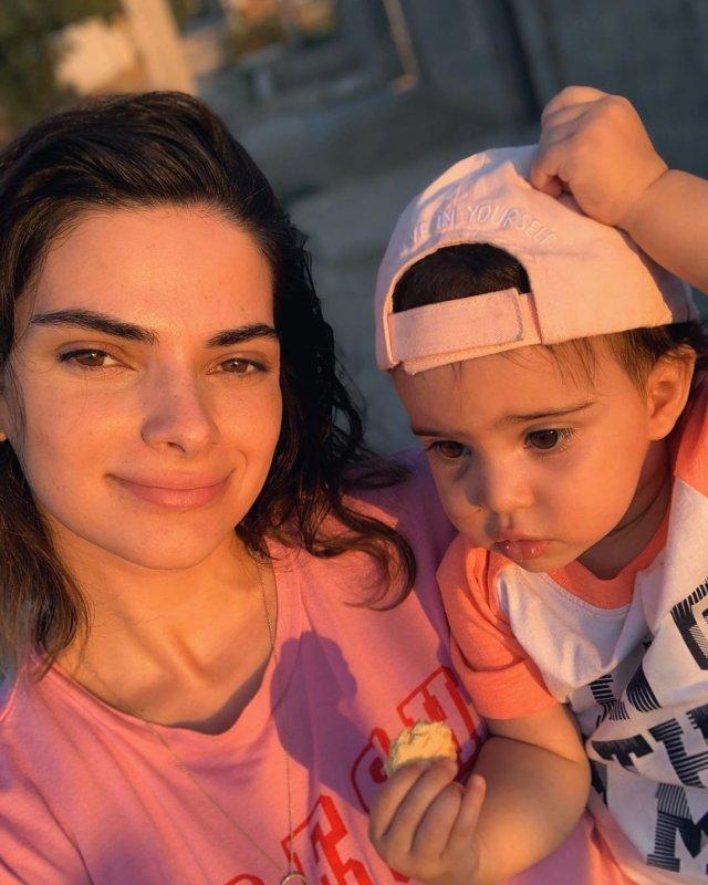 Теона Чачуа в розовой футболке
