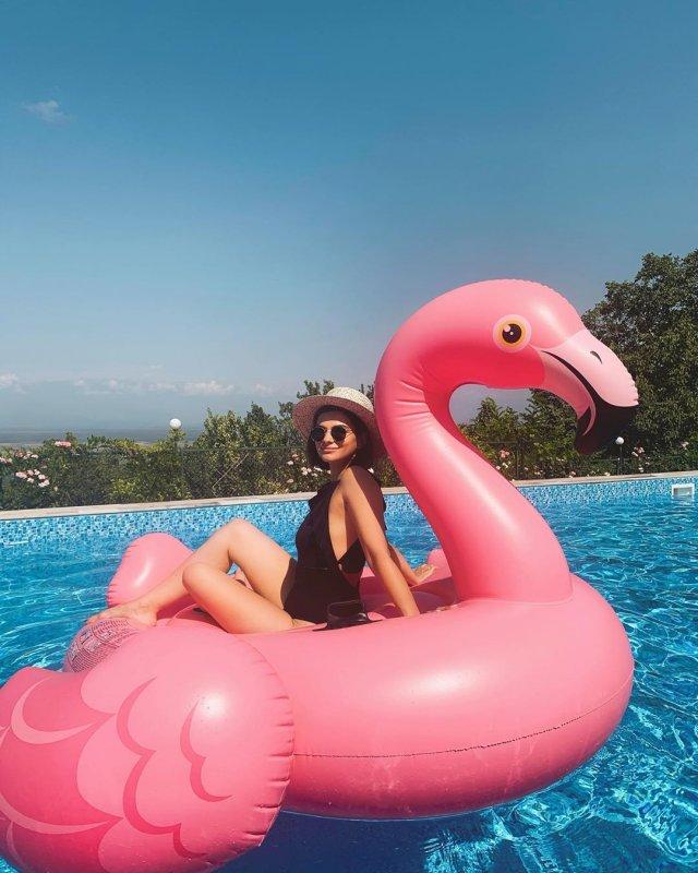 Теона Чачуа в черном купальнике на розовом фламинго в бассейне