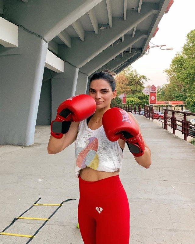 Теона Чачуа в боксерских перчатках, топе и красных штанах