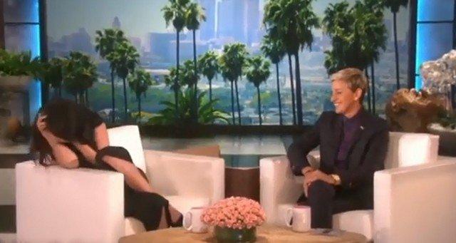 Селена Гомес в черном платье и Элен Дедженерес в костюме