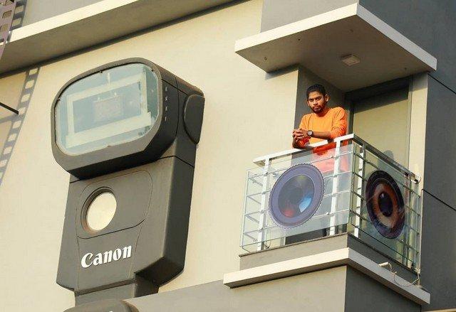Рави Хонгал на балконе своего дома
