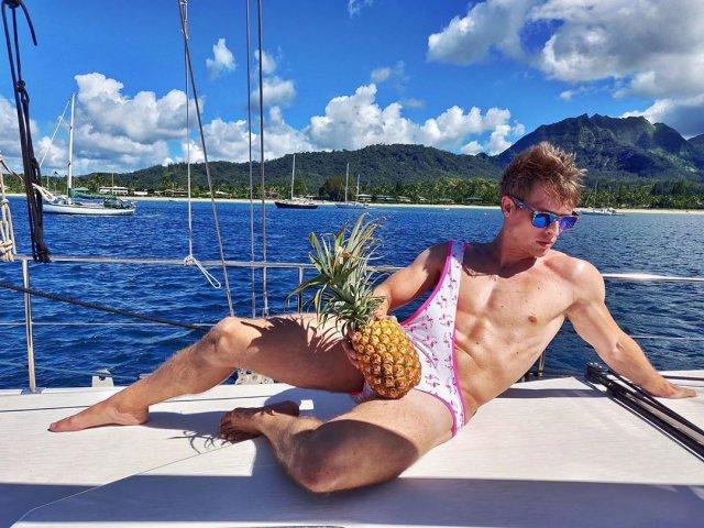 """МУжчина на яхте с ананасом и """"бикини для мужчин"""" в розовом"""
