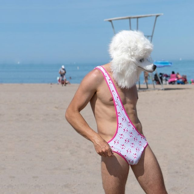 "мужчина в маске и розовом ""бикини для мужчин"""