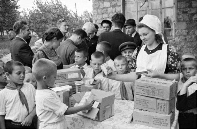 Приблизительно 1946 год. Советские пионеры с любопытством рассматривают американские продукты