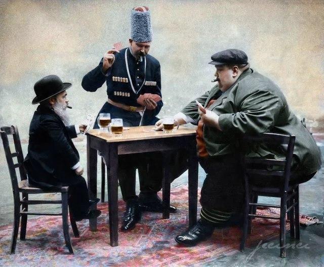 Самый высокий, толстый и низкий человек Европы пьют пиво и играют в карты. 1913 год.
