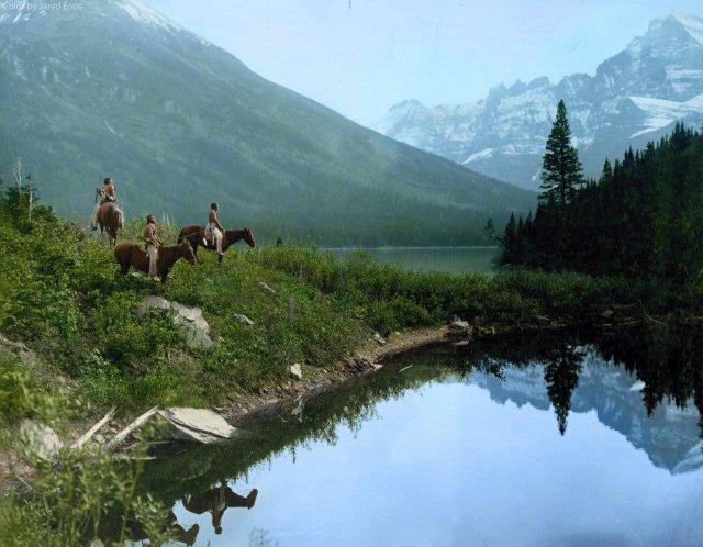 Индейцы племени пикани исследуют местность где-то в Северной Монтане. Около 1908 года.