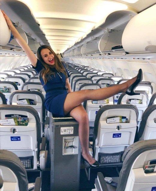 стюардесса в пустом самолете