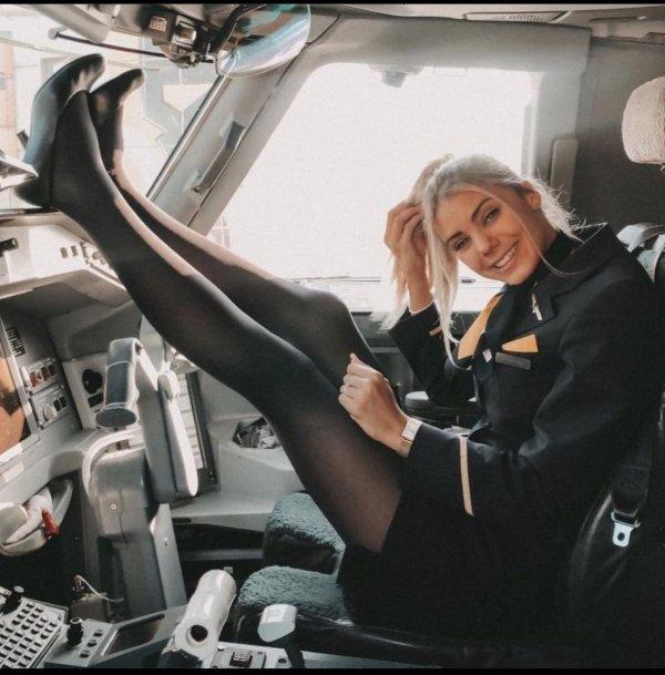 стюардесса в кресле пилота