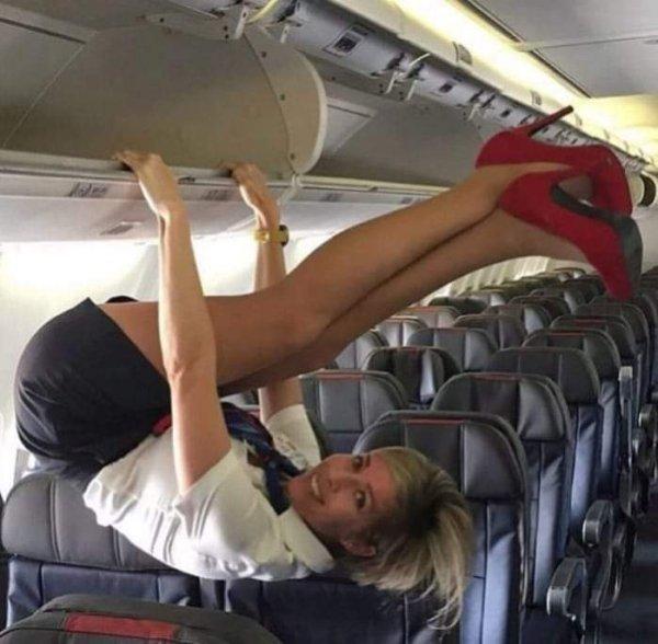 стюардесса висит