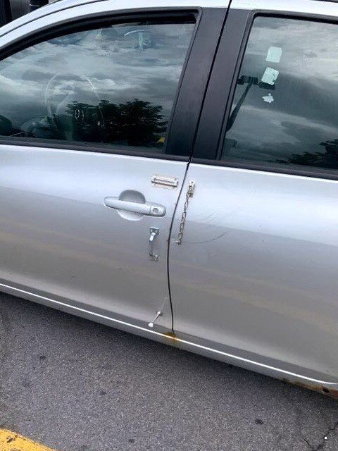 автомобильная дверь с цепочкой