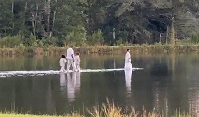 Канье Уэст идет по воде с детьми