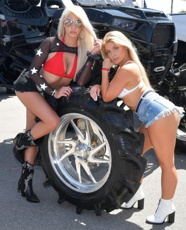 Девушки позируют на колесе