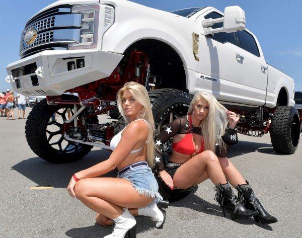 Девушки присели у машины