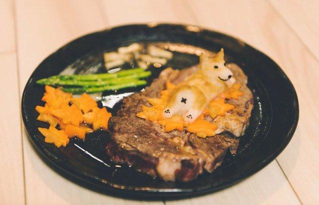 Кусок мяса с фигуркой собчаки