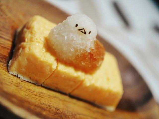 Фигурка птички из риса на омлете