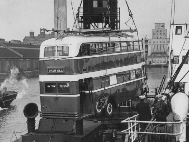 Погрузка английского двухэтажного троллейбуса AEC 664T на корабль для отправки его в СССР, 1937 год, Лондон