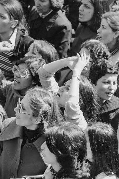 Иранские женщины протестуют против ношения хиджабов после Иранской революции 1979 года.