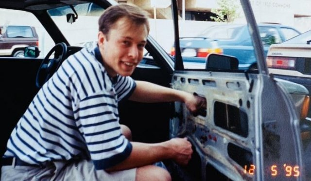 Илон Маск чинит свой BMW 1978 года выпуска старыми запчастями со свалки, 1995 год, США