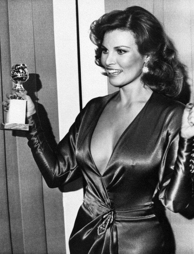 """Ракель Уэлч получает """"Золотой глобус"""", 25 января 1975, Лос–Анджелес"""