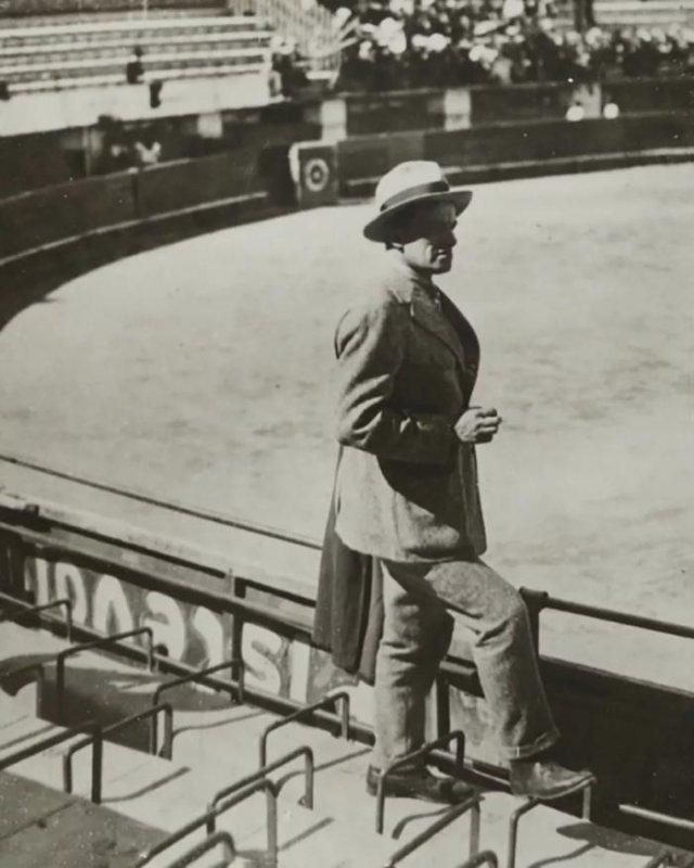 Владимир Маяковский на корриде, 1925