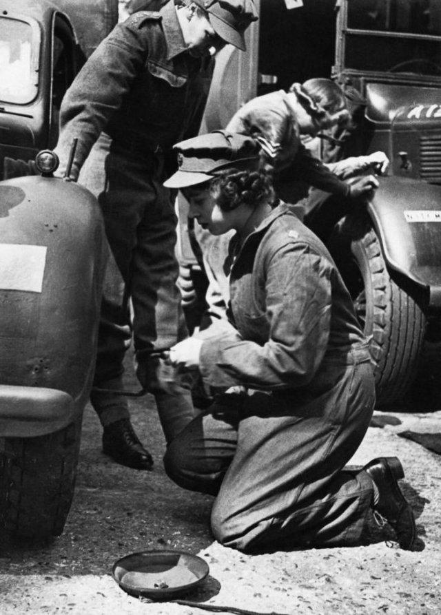 18–летняя девушка меняет колесо, Англия, 1945 г.