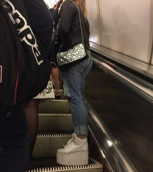 Девушка на высоких платформах