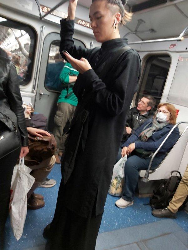 Мужчина в черном халате