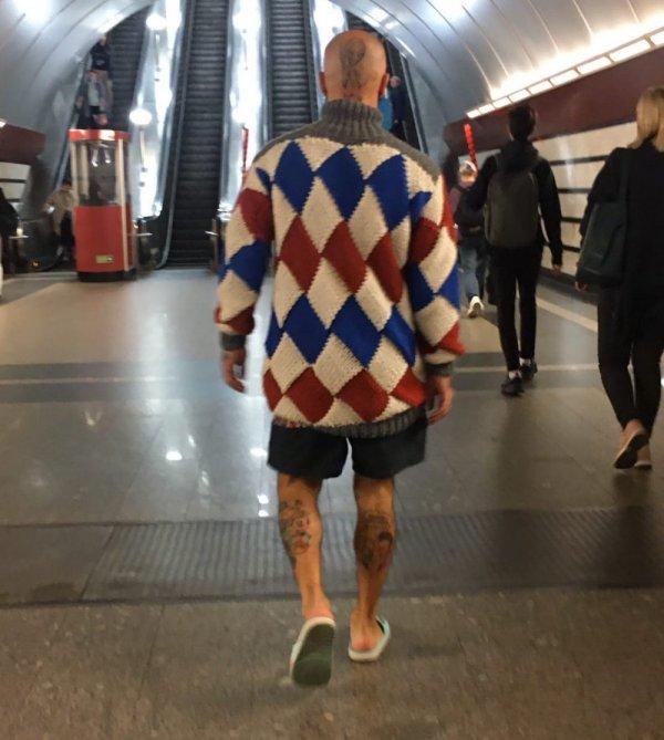 Мужчина в свитере в ромбик