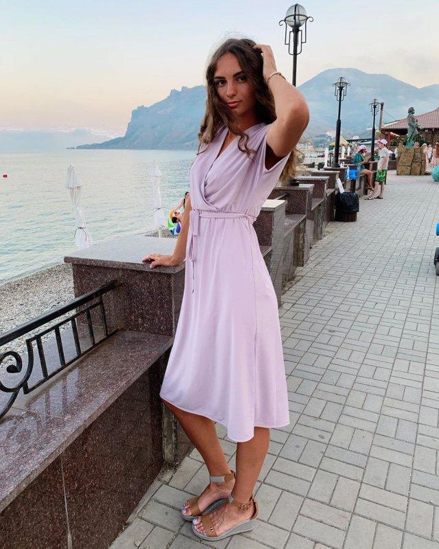 Анастасия Бадина в розовом платье на берегу