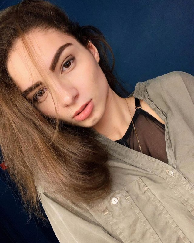 Анастасия Бадина в рубашке