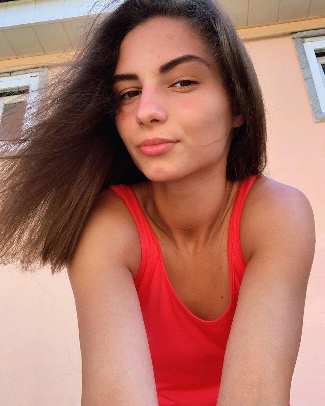 Анастасия Бадина в красном купальнике