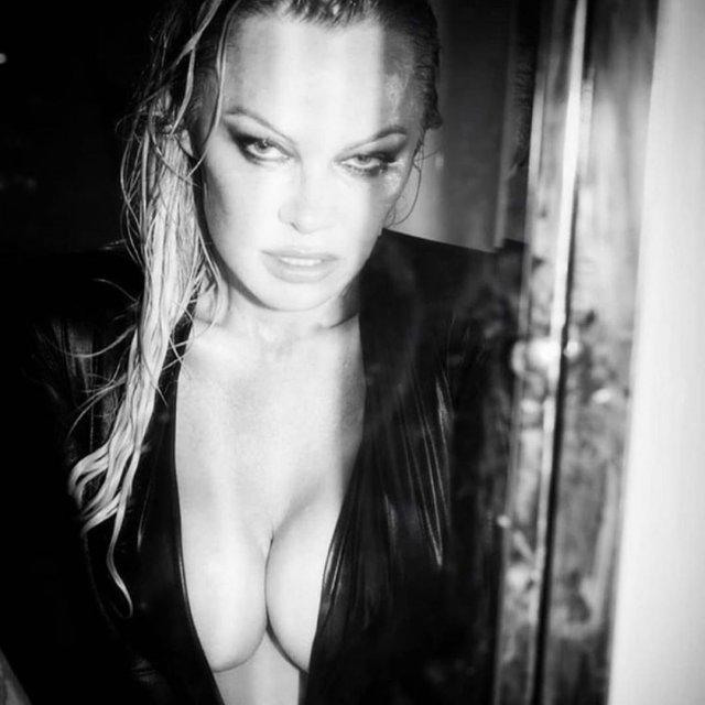 Памела Андерсон в черном платье с декольте