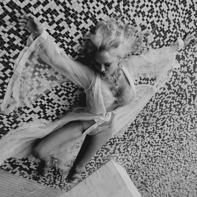 Памела Андерсон в белом платье и нижнем белье