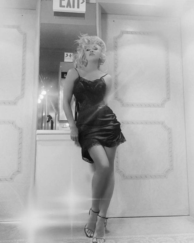 Памела Андерсон в ночнушке напротив зеркала