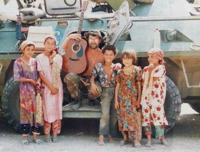 Юрий Шевчук с детьми, Таджикистан 1996 год.
