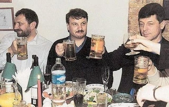 Нынешний президент Сбербанка Герман Греф (посередине) распивает пиво с коллегами, 90-е.