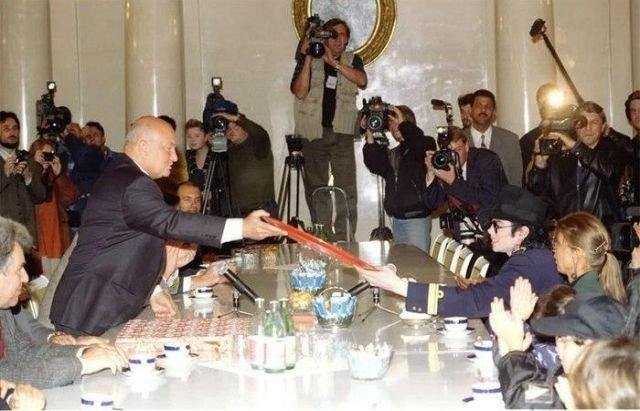Юрий Лужков принимает Майкла Джексона в Белом зале Московской мэрии