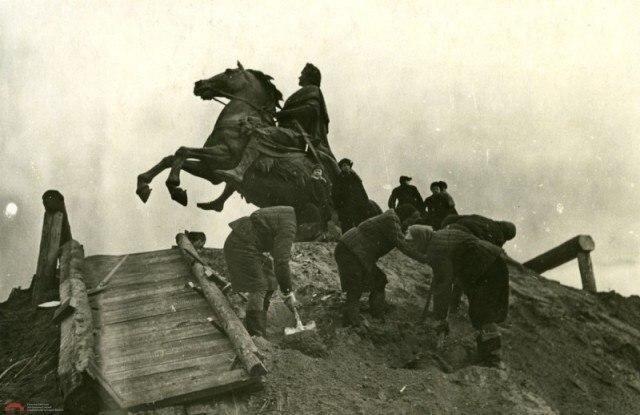Жители Ленинграда освобождают памятник Петру I от защитных укрытий после снятия блокады. 1944 г.