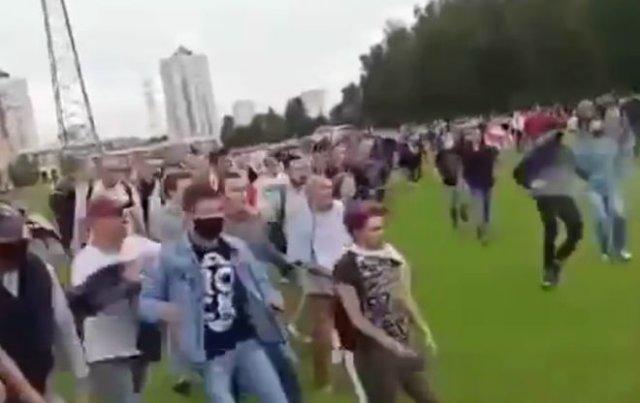 Белорусы огромной толпой прогнали бойцов ОМОН
