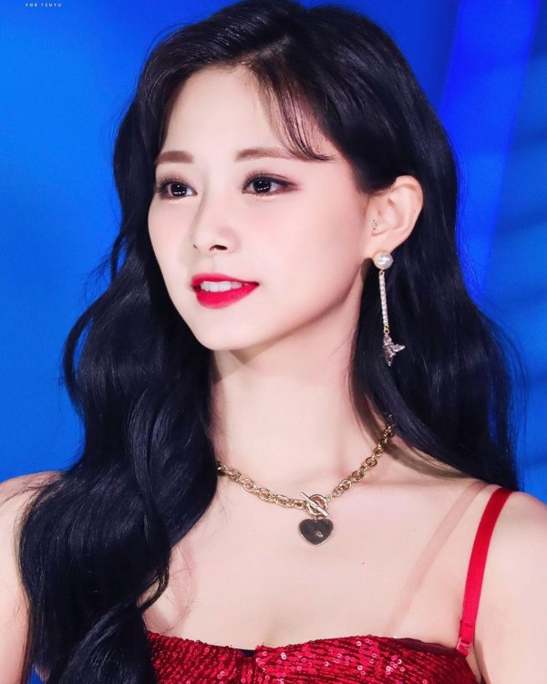 Чжоу Цзыюй — тайваньская певица, участница южнокорейской группы Twice