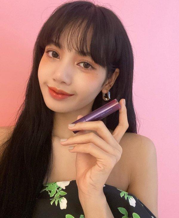 Лалиса Манобан — тайская певица и танцовщица, участница южнокорейской поп-группы BLACKPINK